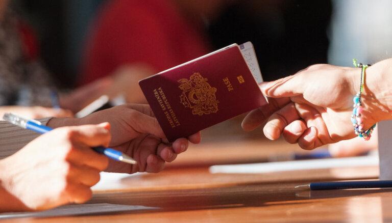 Suņa sagrauzta pase un rindā pēc vīzas – kāpēc nevar balsot, šķendējas lasītāji