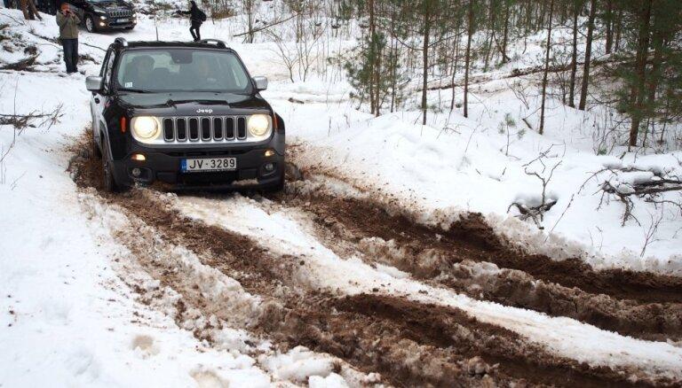 Foto: Latvijā jauno 'Jeep Renegade' prezentē ar braucienu apvidū