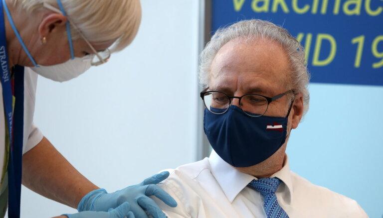 Левитс и Кариньш сделали прививку от Covid-19. Сегодня вакцину получат экс-президенты Латвии