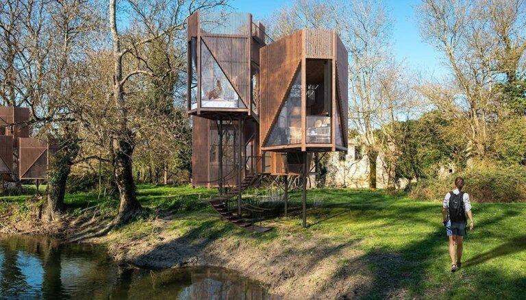 Foto: Francijā radīts stilīgu māju projekts pāris metrus virs zemes