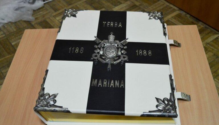 Daugavpilī var aplūkot unikālu albumu no Vatikāna bibliotēkas, ko baltieši reiz dāvājuši pāvestam