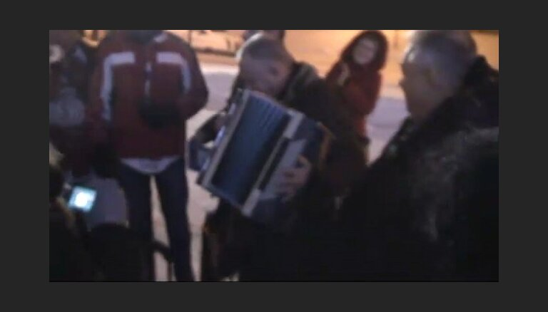 Jūliuss Šuplers spēlē akordeonu