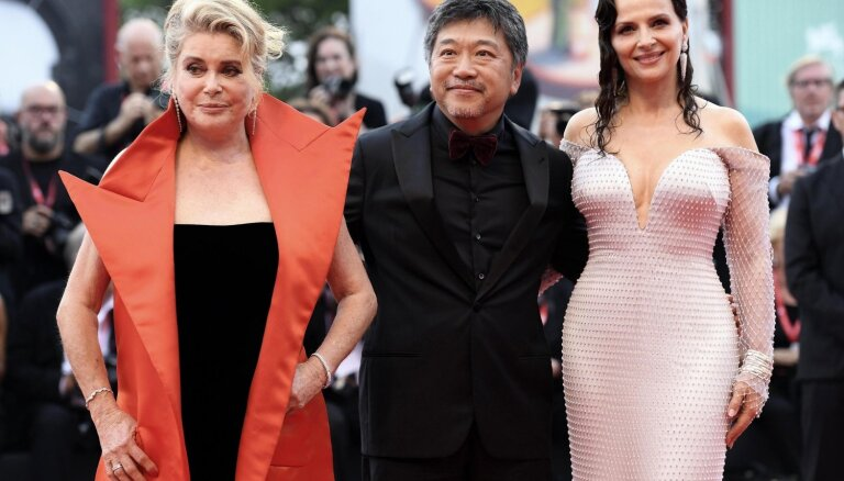 Foto: Ar krāšņu ceremoniju un kino zvaigznēm atklāts Venēcijas kinofestivāls