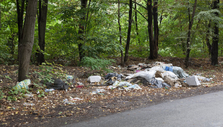 Латвийцев предупреждают: незаконно выбрасывающих мусор найдут по записям камер и содержимому мешков