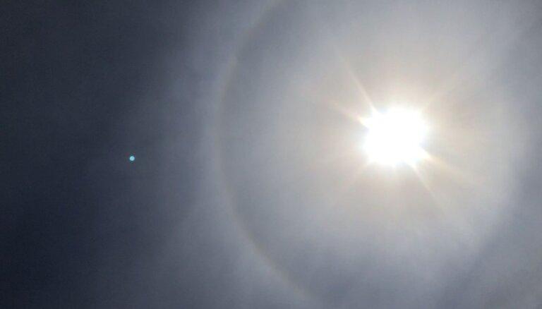 Foto: Aculieciniece Ventspilī novēro Saules halo