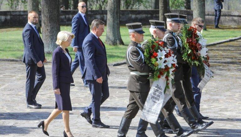 Foto: Brāļu kapos godina Otrā pasaules kara upuru piemiņu