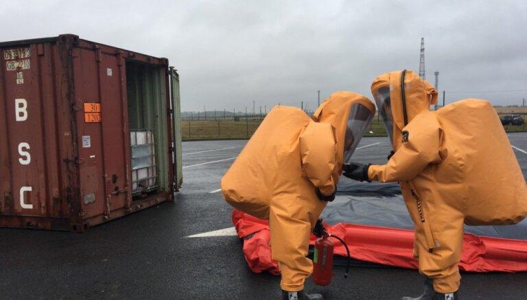 Foto: Rīgas ostā mācās likvidēt ķīmisku piesārņojumu