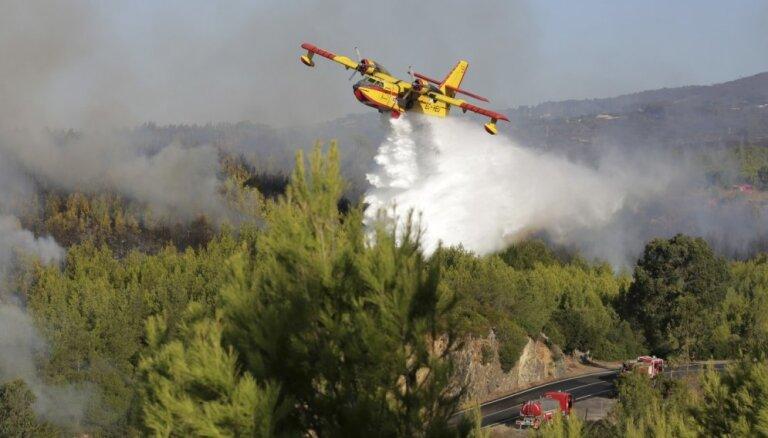 Foto: Portugāles ugunsdzēsēji cīnās ar lielu savvaļas ugunsgrēku nacionālajā parkā
