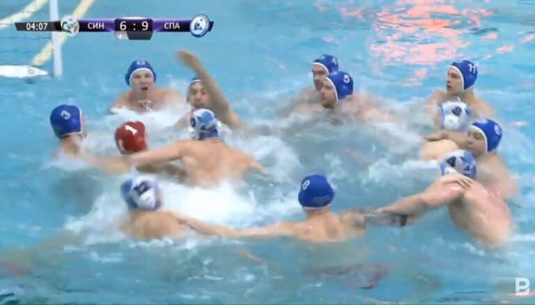 Video: Krievijā kautiņu baseinā sarīko ūdenspolo spēlētāji