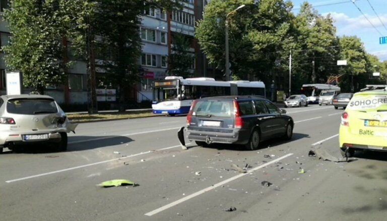 Foto: Taksometra šoferis Rīgā iemieg pie stūres un izraisa avāriju