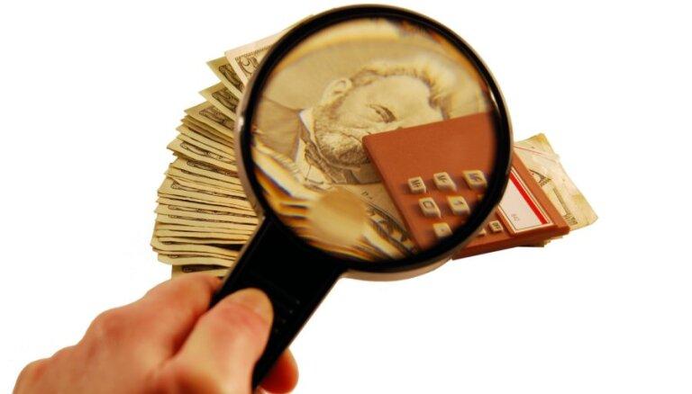Налоговики изучают банковские счета частных лиц; под лупу попали 300 тысяч человек