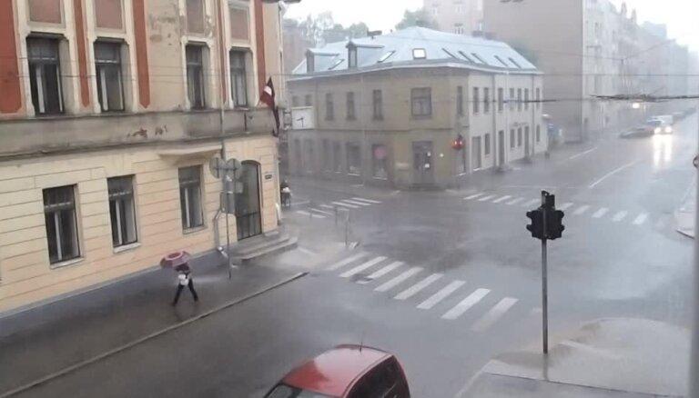 Rīgu pārsteidz pamatīga lietusgāze