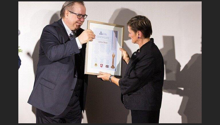 Prestižo Baltijas Asamblejas balvu mākslā saņēmusi Laima Slava