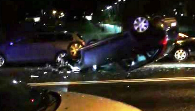 ВИДЕО: Citroen у Arēna Rīga перевернулся на крышу и задел четыре машины