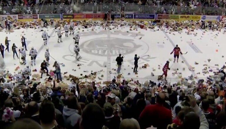 Video: Sirsnības rekords — hokeja fani samet laukumā vairāk nekā 34 tūkstošus rotaļlietu