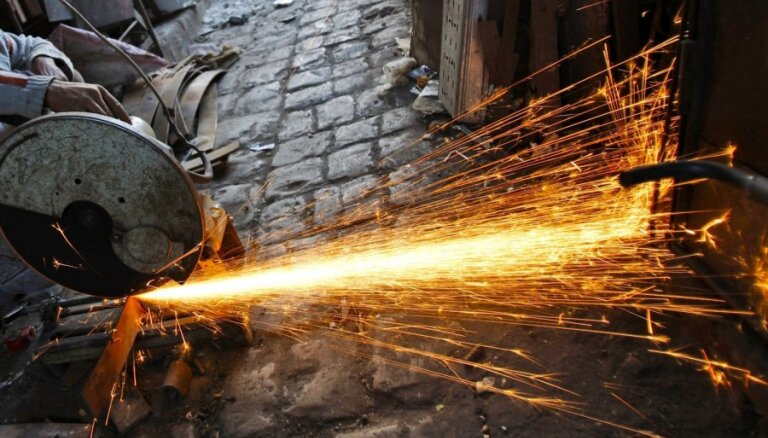 Maijā turpinājis kristies Latvijas uzņēmēju noskaņojums pakalpojumu sektorā un būvniecībā