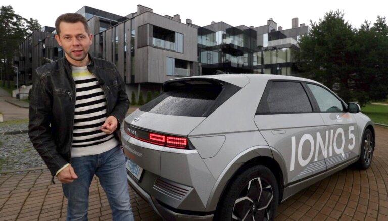 Video: Latvijā ieradies vintāžā stila elektromobilis 'Hyundai Ioniq 5'