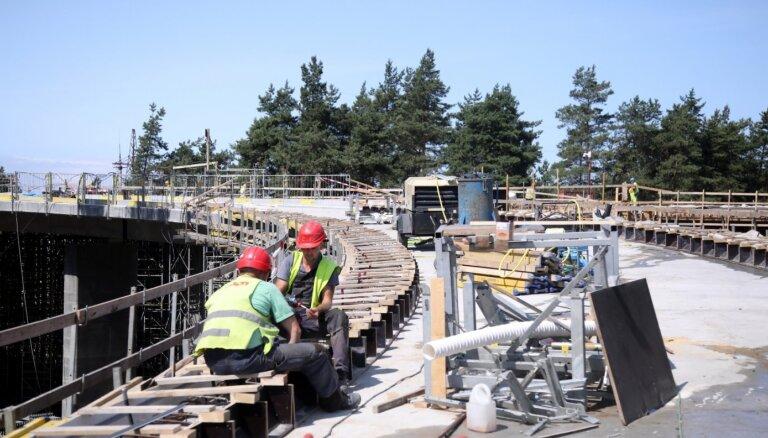 Строительство моста через железную дорогу на Саркандаугаве идет по плану; самые шумные работы — позади