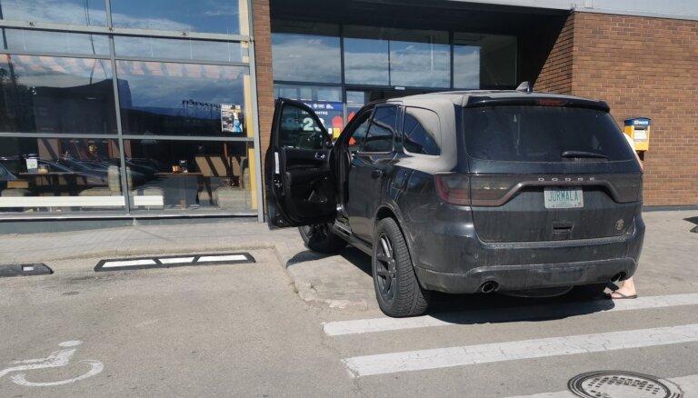 Foto: Ar amerikāņu numurzīmi 'Jurmala' parkojas pie pašām veikala durvīm