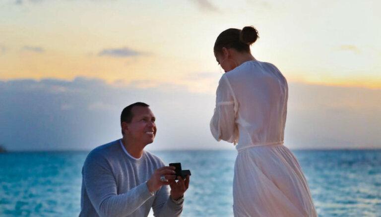 Закат на пляже: Дженнивер Лопес показала свою помолвку