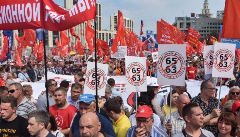 Foto: Krievijā protestē pret pensionēšanās vecuma paaugstināšanu