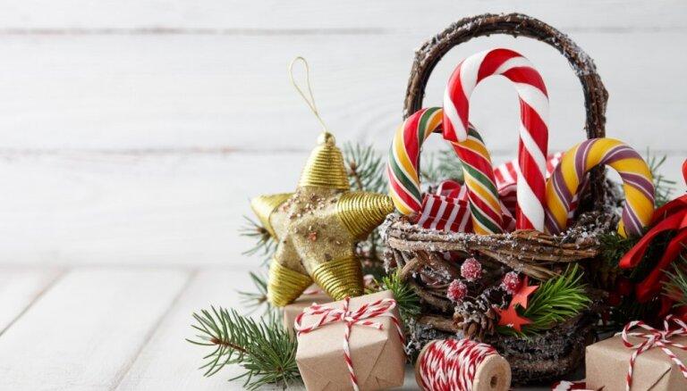 Paslēpts zem pašvaldības eglītes: kādas svētku paciņas saņems Latvijas bērni un trūkumcietēji