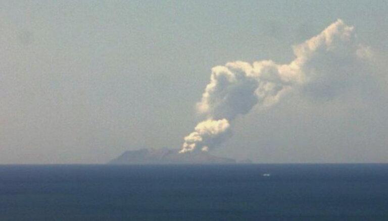 Vulkāna izvirdumā Jaunzēlandes Vaita salā vismaz viens bojāgājušais