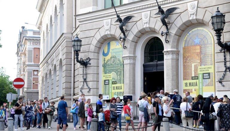 ФОТО: Во время Ночи музеев самая длинная очередь была в Банк Латвии