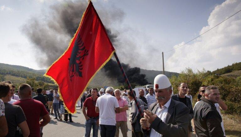 Kosovā protestētāji nobloķē ceļu, lai traucētu Serbijas prezidenta vizītei