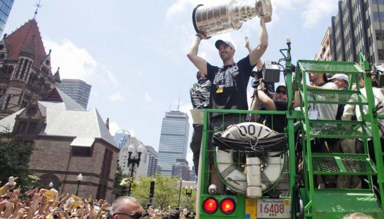 Miljons cilvēku Bostonas ielās sveic Stenlija kausa ieguvējus 'Bruins'