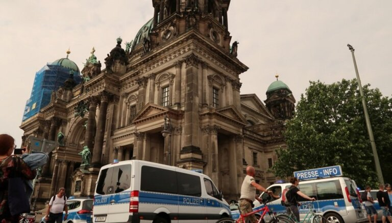 Foto: Izcēlusies apšaude Berlīnes katedrālē
