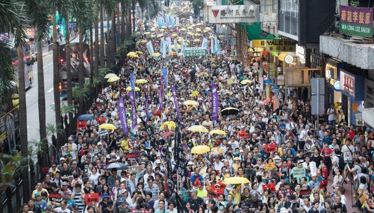 В Гонконге тысячи людей протестуют вопреки запрету полиции