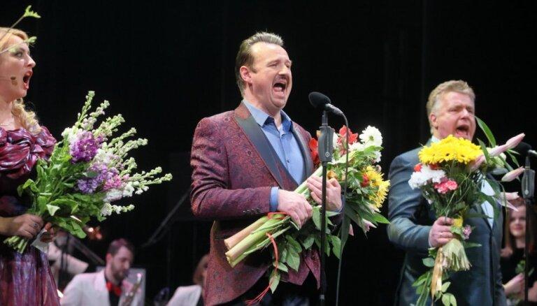 Foto: Ar stāvovācijām aizvadīts 'Trīs Latvijas tenoru' 20 gadu jubilejas koncerts