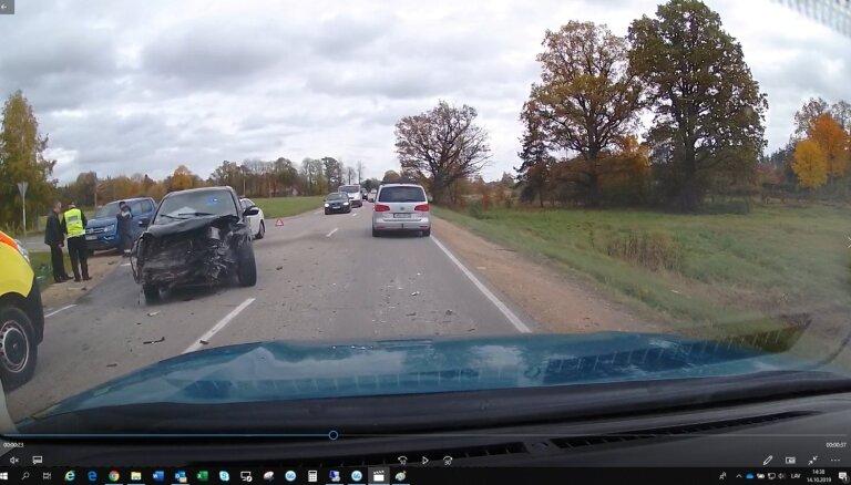 Foto: Sauriešos saskrienas 'Honda' un 'Chrysler'; cieš divi cilvēki