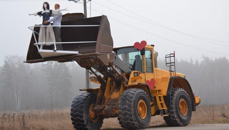 Soctīklus Valentīndienā sajūsmina pašmāju Titāniks – traktors ar mīlniekiem