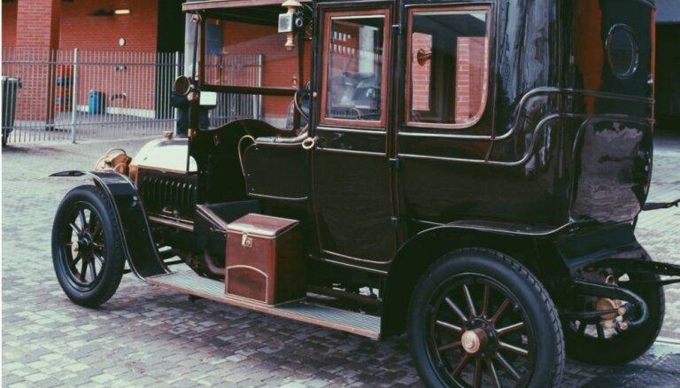Rīgas Motormuzeja ekspozīciju papildina ar greznu 1912. gadā Beļģijā ražotu limuzīnu