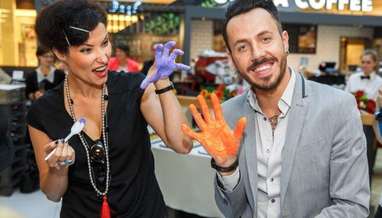 Foto: Sabiedrībā pazīstami cilvēki atklāj labdarības akciju 'Sniedz roku!'