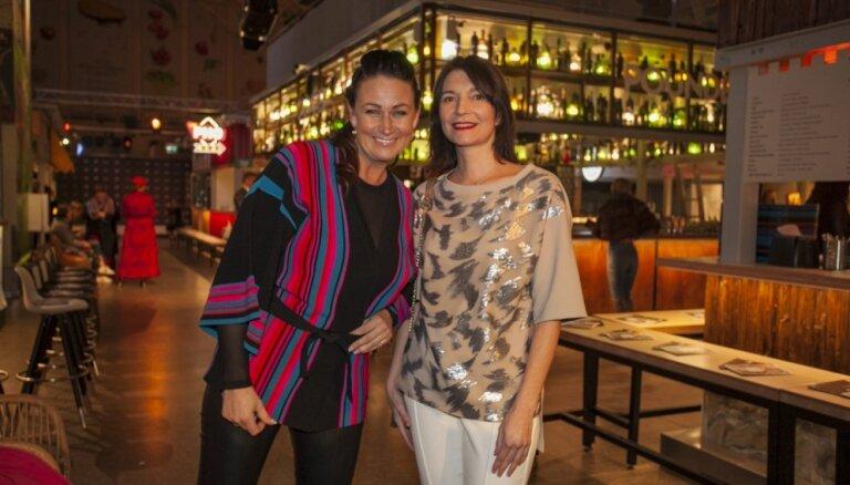 Foto: Viesu šiks un glamūrs Rīgas modes nedēļas atklāšanā Centrāltirgū