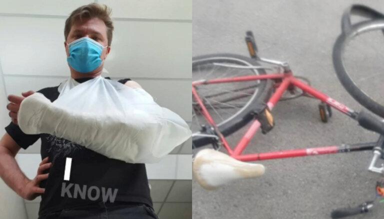 Toms Grēviņš kritienā pār velosipēdu smagi salauzis roku