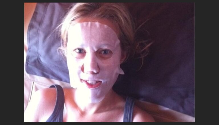 Ксения Собчак позирует c маской на лице