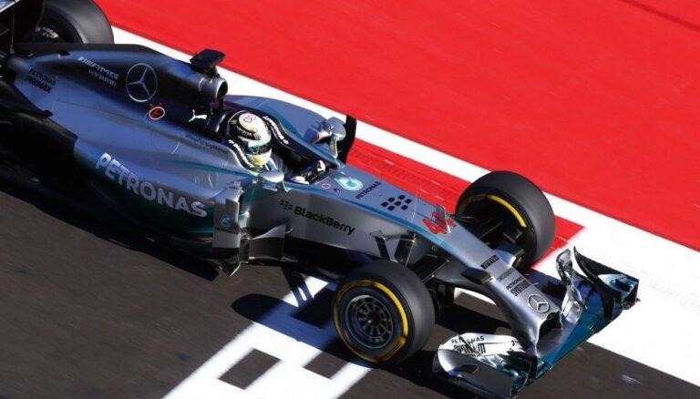 Video: Hamiltons vēlreiz pārāks duelī ar Rosbergu