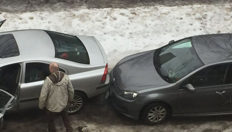 'Iebuktē un aizlaižas' – aculieciniece Zvaigžņu ielā pieķer nekrietnu autovadītāju
