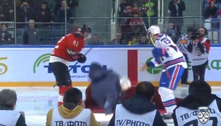 Video: Mourinju piedzīvo kuriozu neveiksmi pēc simboliskā iemetiena pirms KHL mača