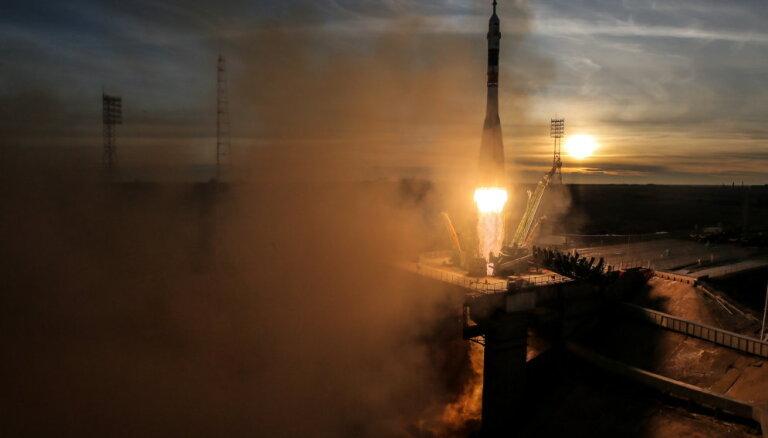 Ar kosmosa kuģi 'Sojuz' SKS ieradušies trīs astronauti