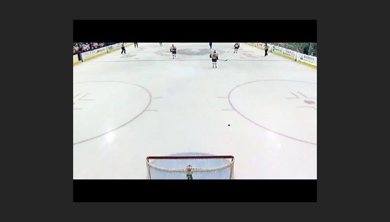 Video: 'Flames' hokejisti aizturētā soda laikā ripu iemet savos vārtos