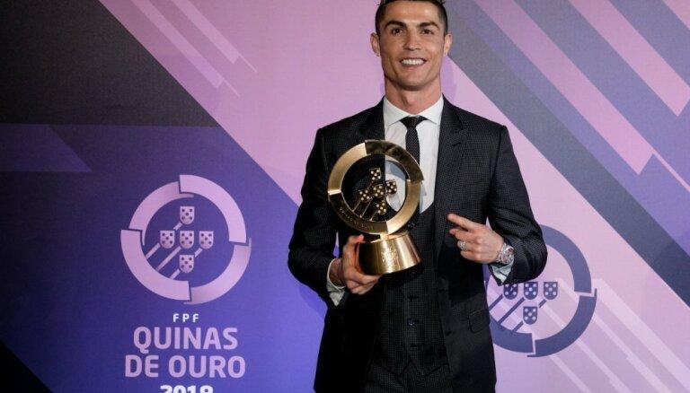Ronaldu trešo gadu pēc kārtas saņem Portugāles gada labākā futbolista balvu