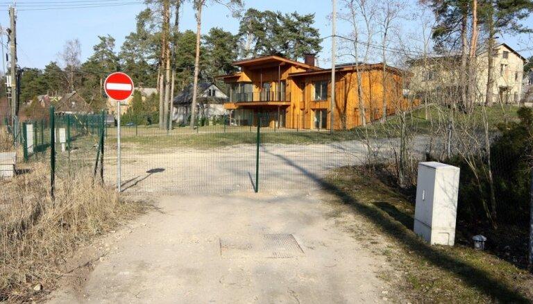 Zemes īpašnieks slēdz publiskas ielas Baltezera ciematā; pašvaldība 'plāta rokas'