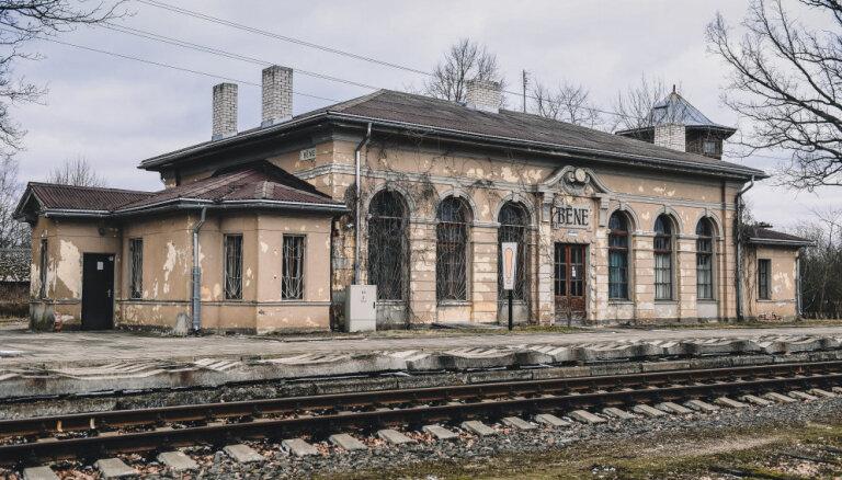 Nākamā pietura – mājas: piecas kolorītas un slēgtas stacijas ēkas