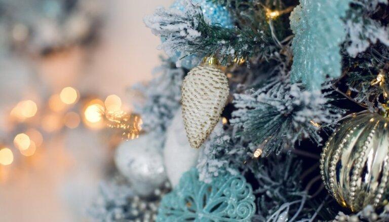 Bagātīgi krāšņas un greznas: kā slavenības rotājušas Ziemassvētku eglīti