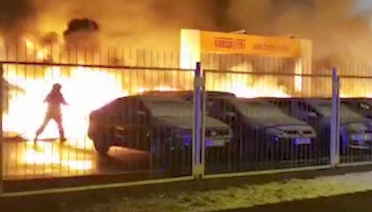 Пожар на автоплаце в Пардаугаве: полиция подозревает поджог